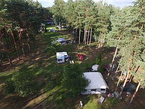 Campingplatz von Oben - Stellplätze im Halbschatten