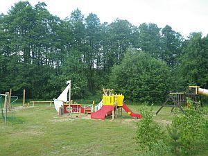 Spielplatz mit Spielschiff